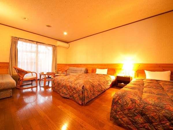 洋室ツインルームセミダブルベッド2つでゆっくり広々。