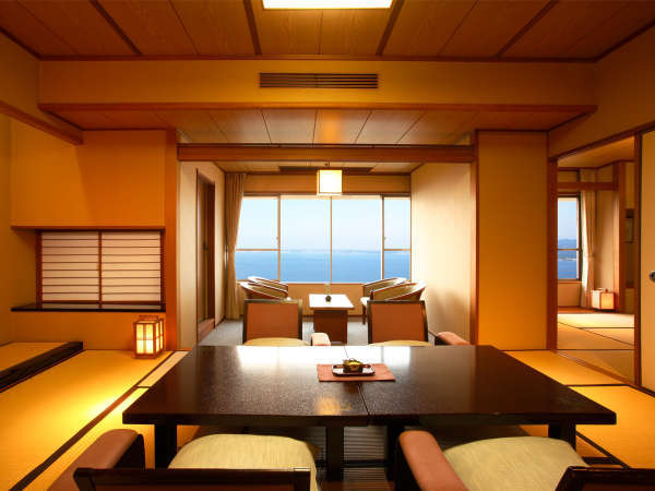 【和室10+6帖(禁煙)】温泉街ごしに浜名湖を一望する和室。夕日がきれいです。