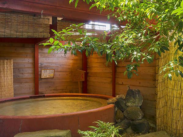 赤湯の露天風呂は1か所です。木々が配された心地よい空間。