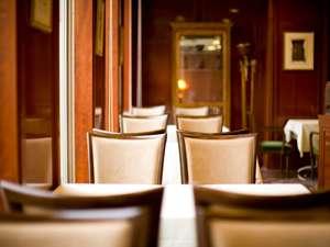 1階・レストラン椿  窓より光が差込み明るく落ち着いた雰囲気