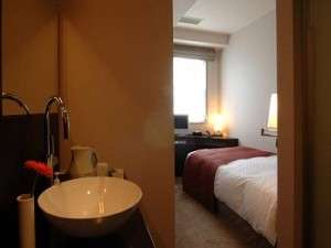 個室型シャワーブースタイプ(バスなし)のコンパクトなシングルルーム。