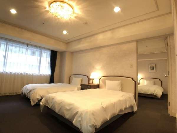 ・4ベッドルーム56平米ベッドが2台ずつ分かれており扉で仕切りが可能。グループ旅に最適♪トイレは2室完備