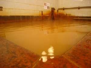 循環ろ過・加水・塩素消毒の無い療養温泉。茶色く濁る単純炭酸鉄泉の湯は、冬の朝一番に金色の膜が広がる。