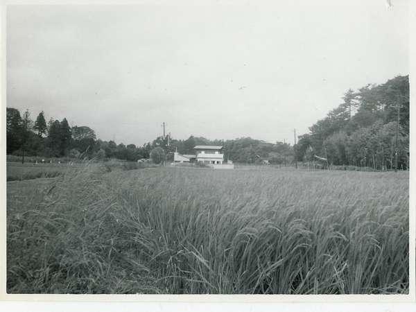 創業当時の風景(写真中央にある木造宿が当館)右側が龍宿山・左手前が有間山です。