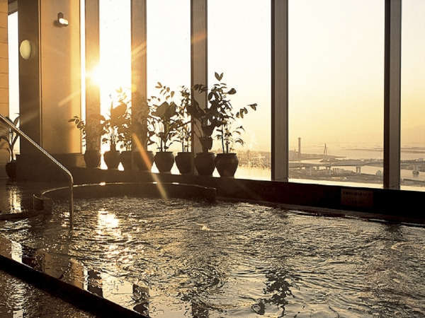 31階天然展望温泉(有料) 西向きの浴室からは夕・夜景をお愉しみいただけます。