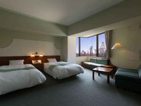 32㎡の広々スタンダードツイン 窓から遊園地のアトラクションを一望できる客室有(客室一例)