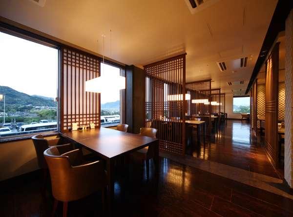 ダイニング旬の丸 窓側のお席からは市街の景色を眺めながらお食事をお楽しみ頂けます