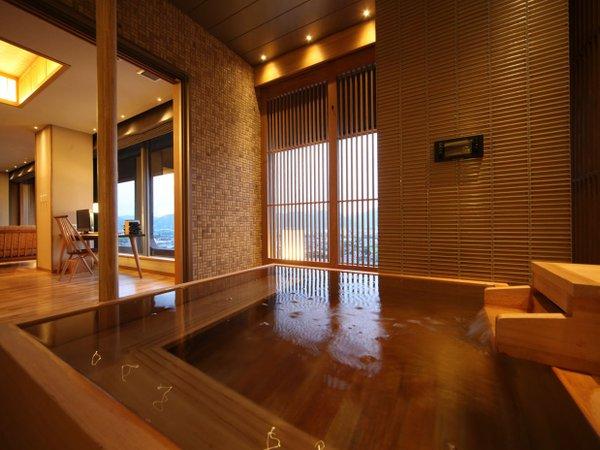 源泉かけ流し半露天風呂付き客室 檜風呂で時間を気にせず温泉を楽しめます。
