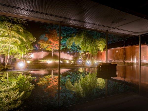 紅葉の湯 湯船にもみじが上下反転した形で映り込み、素敵な写真が撮れました