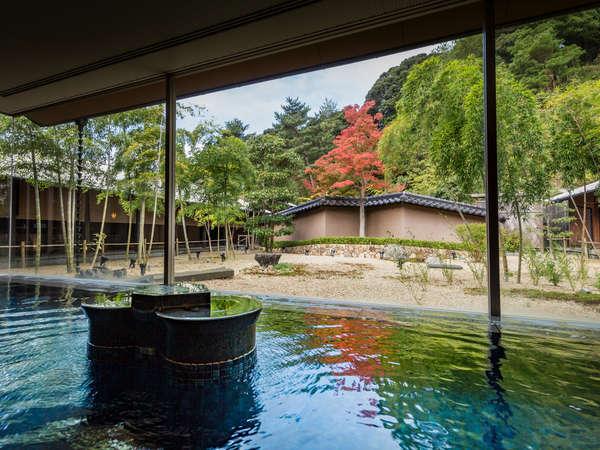 庭園を囲む回廊式の通路に露天風呂や香の湯、水流、立つ湯など多彩な湯舟が並んでいます。
