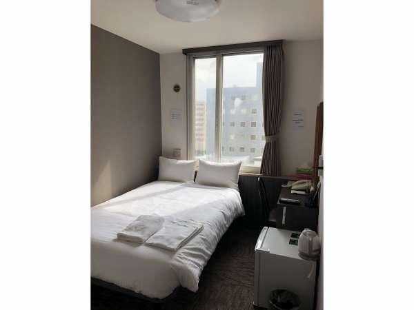 セミシングルルーム。40インチの壁掛けテレビ、こだわりのシモンズ製ベッドでゆっくりお休み出来ます。