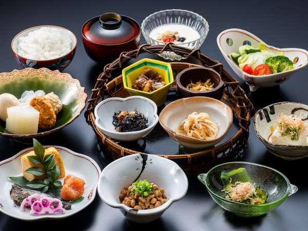 【朝食一例】目でも楽しめる、華やかな和朝食をご用意いたします。