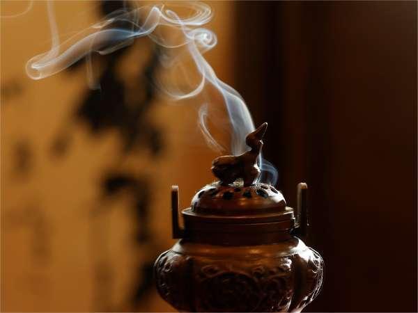 玄関にて香を焚いてお迎えいたします。