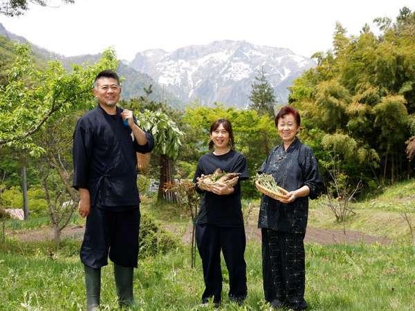 私共が料理を担当しております。【右端:母・中央:妻・左端:社長】