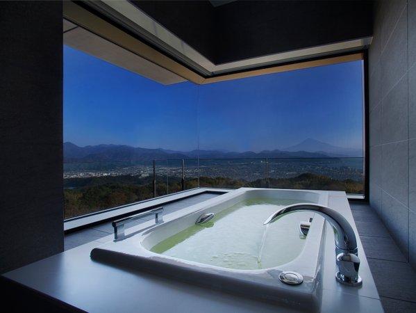 お風呂からも眺めが楽しめるビューバス(コーナースイート87平米)