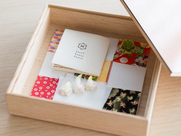 【アメニティ】玉手箱と呼んでいる京都の季節や文化を感じるおもてなしの箱を客室にご用意しています。
