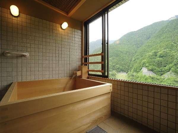 特別貴賓室 展望風呂。高級材高野槇の湯船