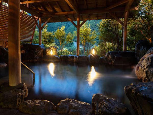 """時間ごとに表情を変える露天風呂。ぐーっと身体を伸ばし、""""湯ったり""""とした休息を。"""