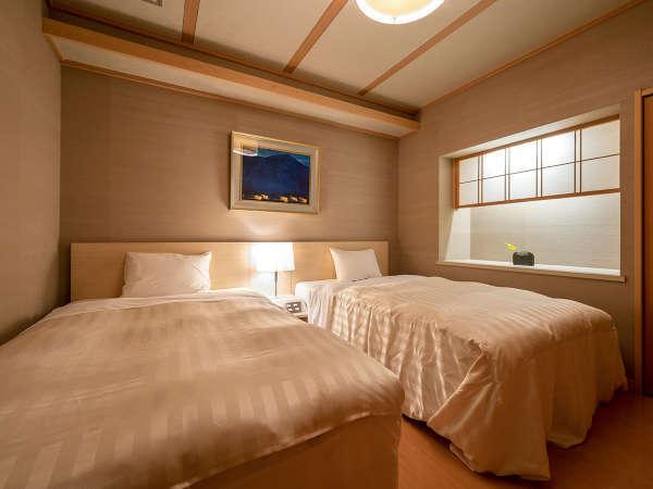 【特別室‐颯華の間】高さのあるベッドは、足腰が弱いお客様にも安心です