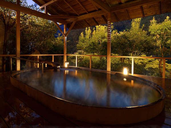 【露天風呂-銀嶺の湯】どっしりとした槇の浴槽から、暮れゆく空の色と心地良い風を楽しんでいただけます