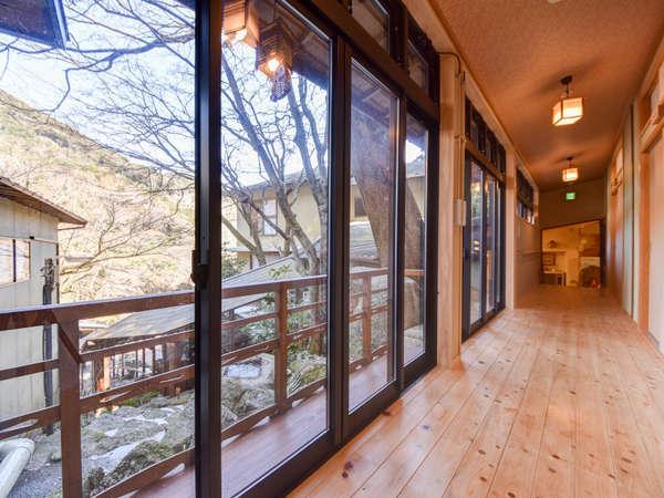 【*廊下】川側はガラス張りになっており、眼下には三滝川を見ることができます。