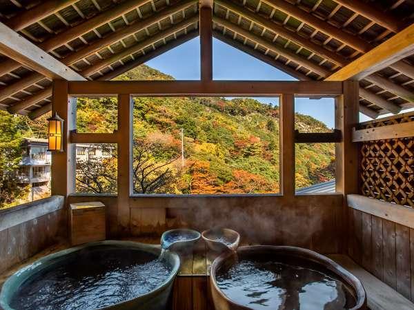 *【大浴場・露天風呂】女湯。秋は紅葉を見ながらゆったり浸かっていただけます。