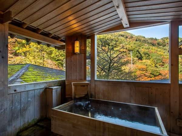 *【大浴場・露天風呂】男湯。秋は温泉に入りながら御在所山の紅葉をお楽しみいただけます。