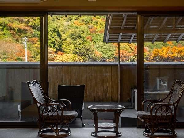 *【露天風呂付客室】窓からの眺め。山の緑の中に、真っ赤なロープウエイを一望できます。