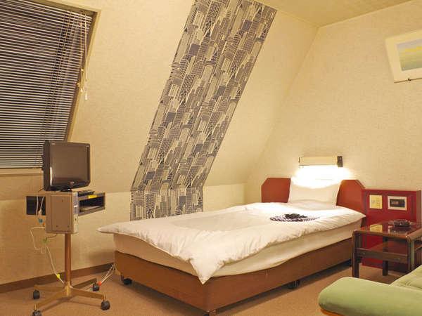【シングル】少し広めの客室には、大きめのソファーが設置★全室インターネット接続可!