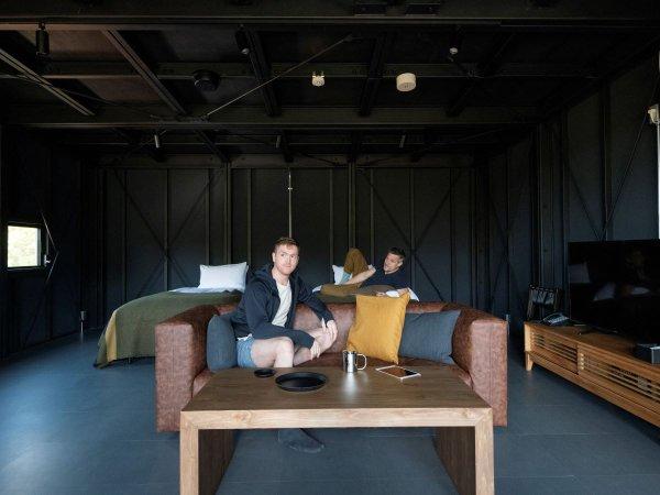 アウトルックキャビンのシックな客室。JBLのBLUETOOTHスピーカーでお好きな音楽を♪