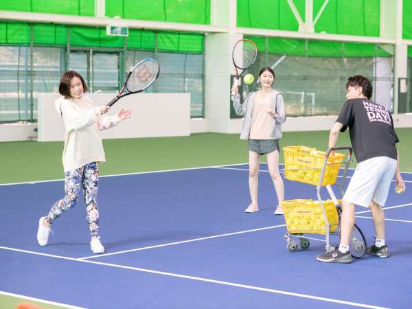 「レッツテニスパーク飯塚」ではテニスコーチによる個人レッスンも可。(要予約)