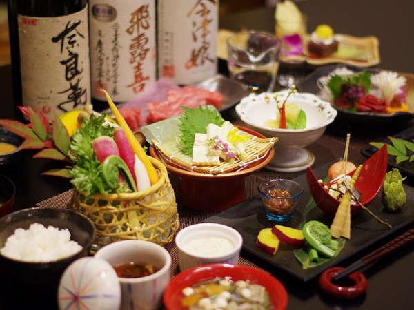 【夕食】創作会津郷土料理膳。料理に合う会津の地酒は常時30種類以上を揃えています。