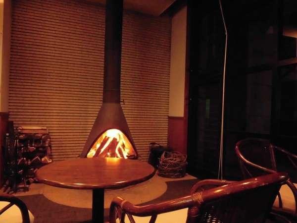 暖炉は心も体も暖めます。炎の前でのんびりとした時間をお過ごしください。