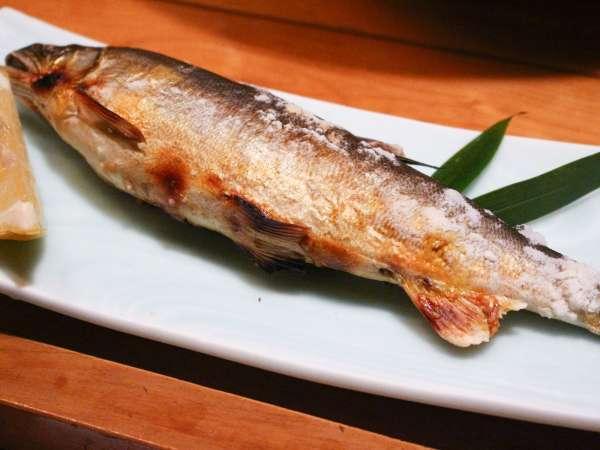 球磨川産のふっくらとた身の「鮎の塩焼き」。大きさに驚かれる方が多数!