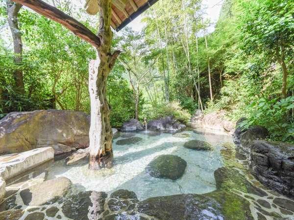 *[混浴庭園露天風呂]なめらかな肌触りのお湯は温泉好きの方からも人気です。
