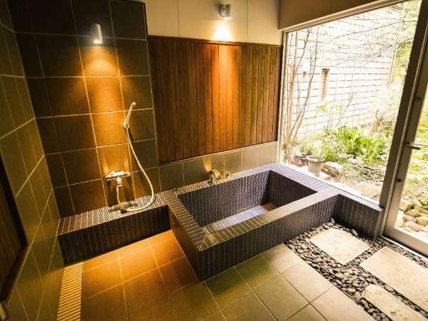 【本館・はなれ】2019年4月完成の内風呂は、お庭を眺めながらお風呂時間をお楽しみ頂けます♪