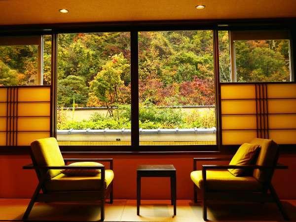 【なでしこ】窓から望む紅葉。