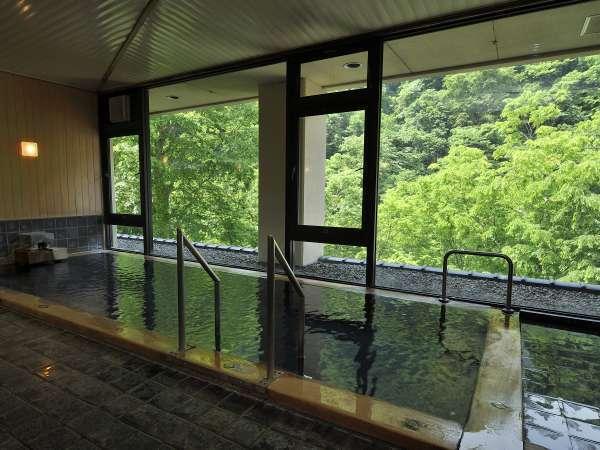 【大浴場】山の緑を眺めながら、リラックスできる大浴場