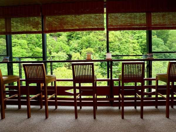 【施設】緑輝く、深緑の松川渓谷。特等席の月見台