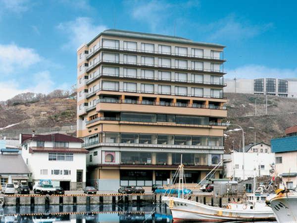 【外観】海沿いに建つ当館では利尻富士一望のお部屋・お風呂が自慢♪