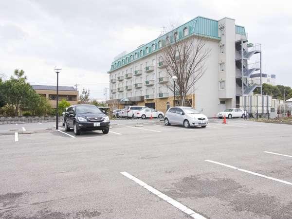 御宿泊の方は無料で駐車出来る、広々とした駐車場