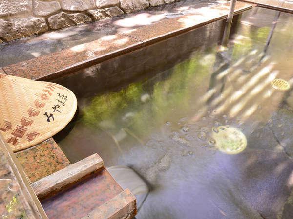 *【大浴場(露天風呂)】ややぬるっとする温泉ですが、湯上り後はお肌つるつるになります♪