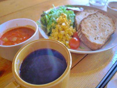 朝食は、山の景色を眺めながら焼きたてのパンと特製スープで(メニューは諸事情により変更有)