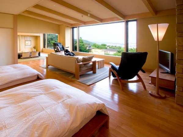 ★「花水木」奥には10帖の和室もあります。昼間は自然と青い空を。憩いのひとときをお過ごしください。