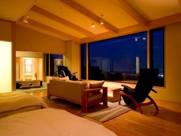 展望風呂付特別室「花水木」約20帖のリビング/ベッドルーム。夜には瞬く絶景を大切な方と一緒に♪