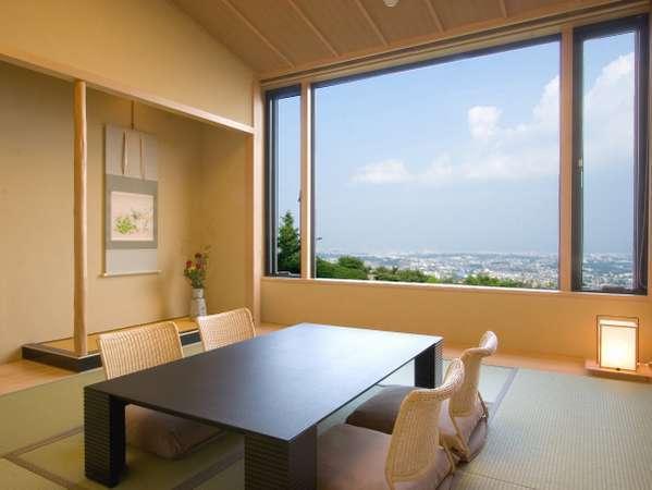 特別室「花水木」の和室。まるで絵画のような景色を切り取る大きな窓。贅沢な大人の休日をお過ごしください