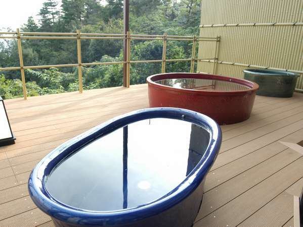 ★大浴場「星の湯」の露天風呂。カラフルな信楽焼きの露天風呂での湯あみは最高