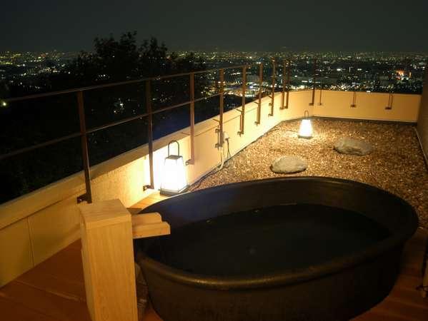★2階の貸切露天風呂「風の湯」星空や夜景で至福のひとときをお楽しみください。