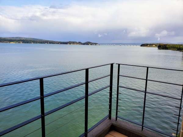 【テラス】七尾湾に面した、オーシャンフロントのテラスで汐風を感じて非日常の空間へ