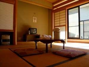 落ち着いた佇まいの新館客室。窓からの冬景色はいかがですか。